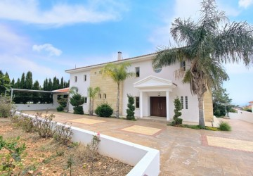 Detached Villa For Rent  in  Peyia